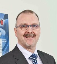 Dirk Plässer ist Verkaufsingenieur.