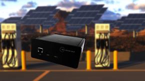 SEVENSTAXs V2G Simulator, zwei Ladestationen für Elektroautos im Hintergrund.