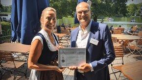 """Thomas Berner nimmt die """"Distributor des Jahres 2021"""" Auszeichnung entgegen."""